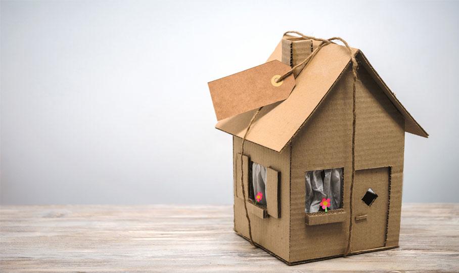 Haus aus Pappe auf Tisch
