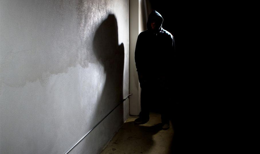 Einbrecher in dunklem Flur