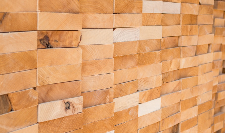 Stapel aus Holzbalken